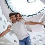 Versicherungsmakler Bocholt Finanzierungsmakler Bocholt FMB glückliches Paar auf Treppe
