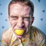 Versicherungsmakler Bocholt Finanzierungsmakler Bocholt FMB Mann beißt in Zitrone